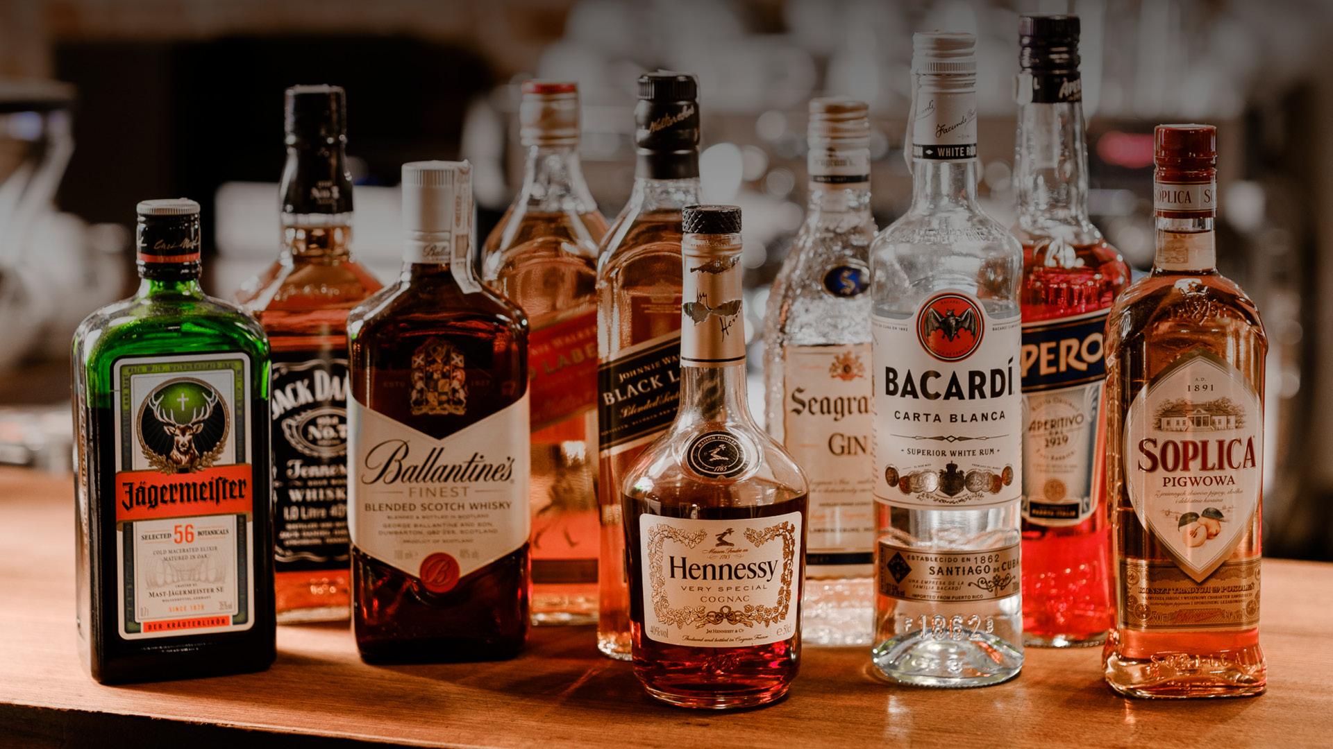 Różne alkohole. Whisky, likier, rum.