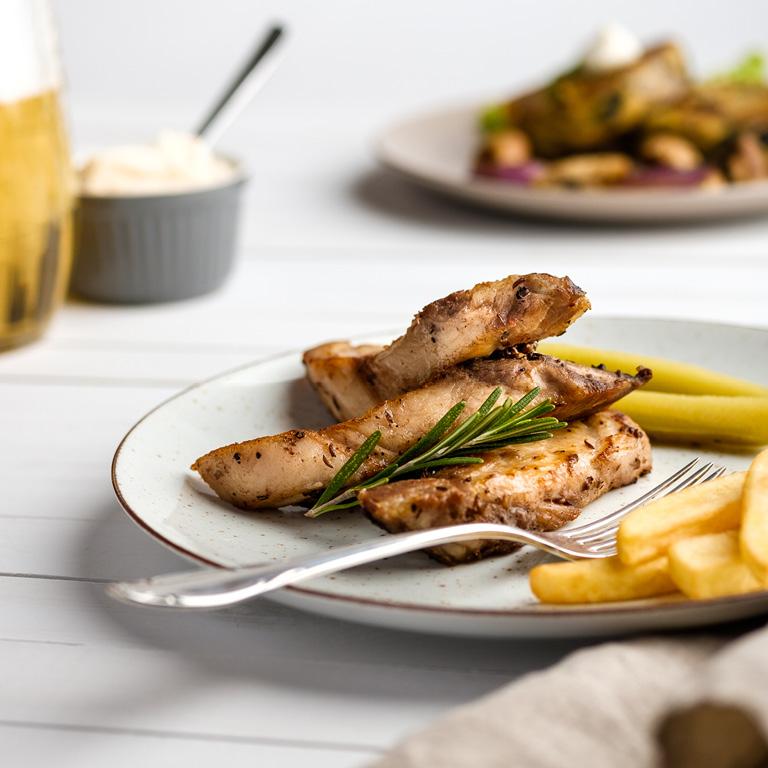 Grillowana pierś z kurczaka z grubo ciętymi frytkami.