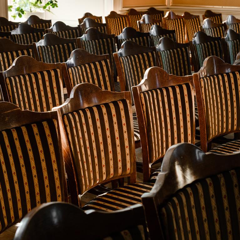 Wygodne krzesła z obiciem.