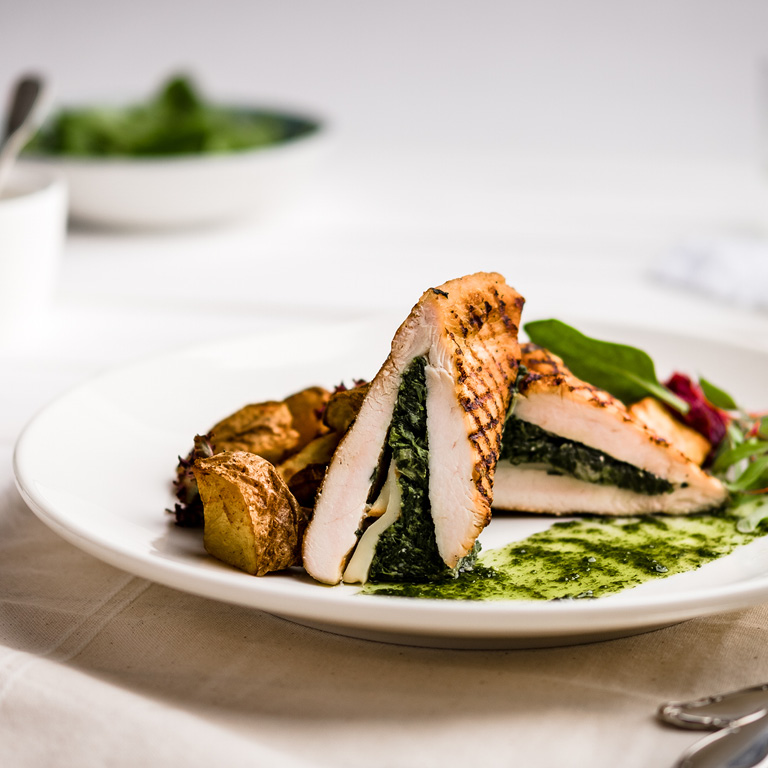 Pierś z kurczaka faszerowana szpinakiem, pieczarki, warzywa grillowane, oscypek, konfitura z czerwonej cebuli.