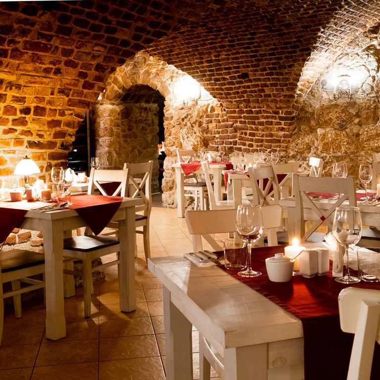 Przestronna restauracja w Dworku Białoprądnickim. Wyjątkowe, ciepłe wnętrze.