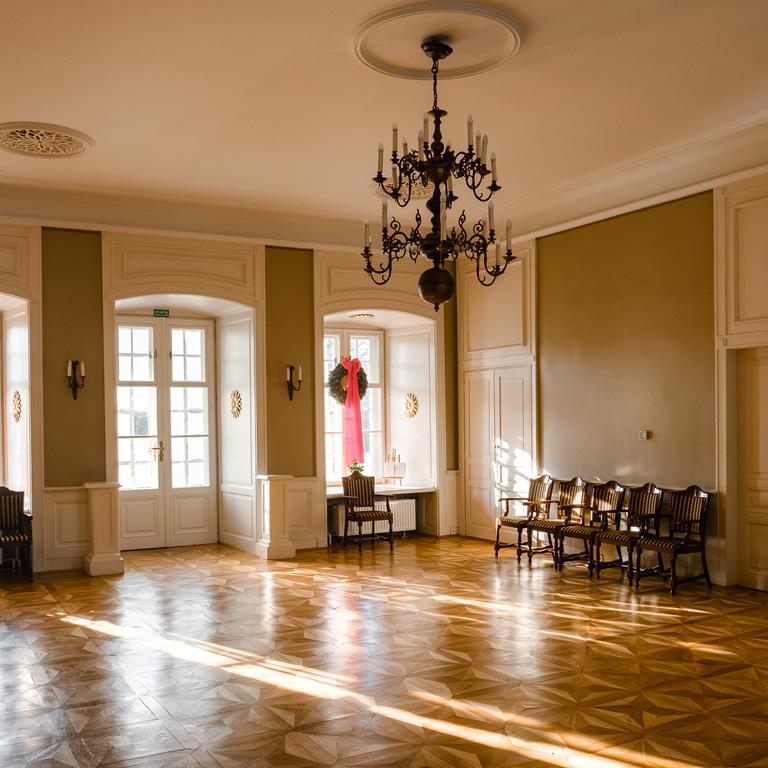Sala Złota w Dworku Białoprądnickim. Sala ze złotymi zdobieniami.