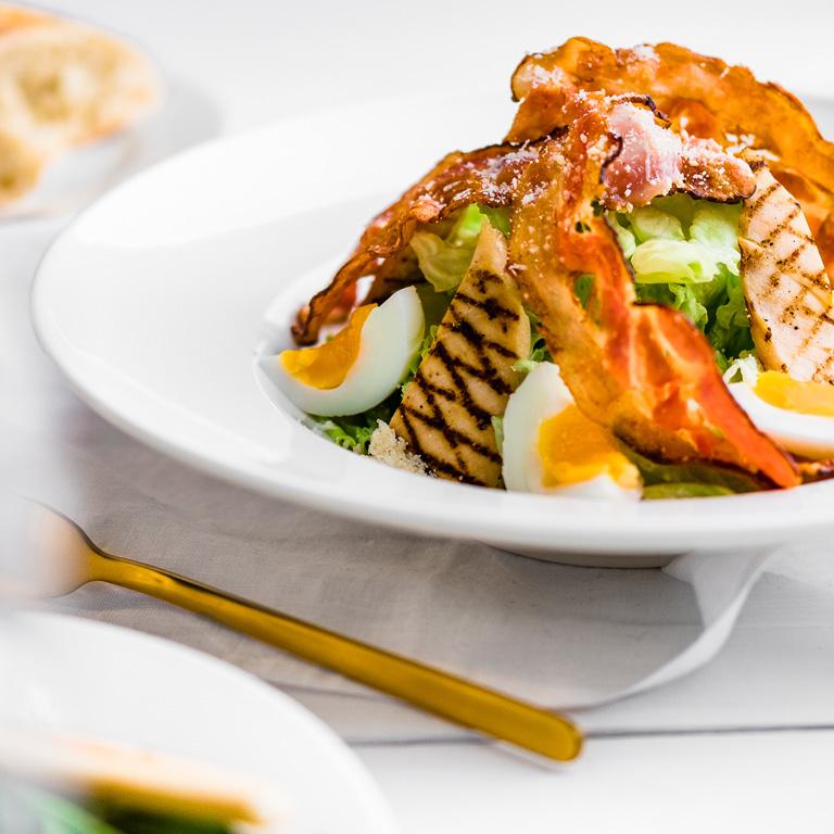 Sałatka ze świeżymi warzywami i kurczakiem. Ogórek, pomidor, papryka, ugotowane jajko posypane parmezanem.
