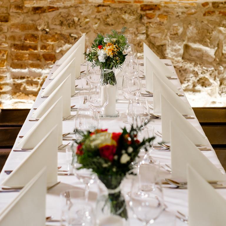 Stół przygotowany na przyjęcie weselne.